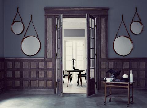 Der Adnet Spiegel wird aus verspiegeltem Glas, Messing und italienischem Leder gefertigt