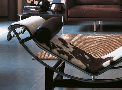 Die Le Corbusier Chaise Lounge LC4 ist bis heute eines des legendärsten Designs des 20. Jahrhunderts