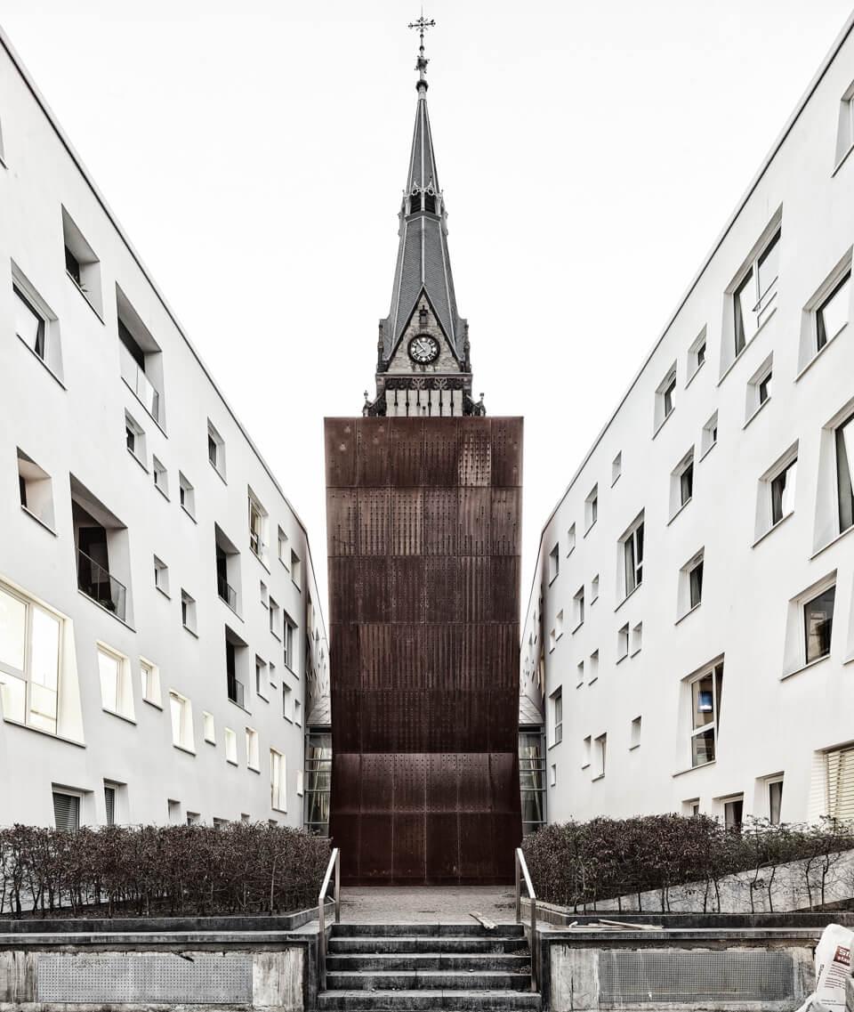 Die ehemalige Christuskirche am Stadtgarten, deren übriggebliebener Turm nun in einem neuen Wohnambiente des Büros Maier Architekten steht.