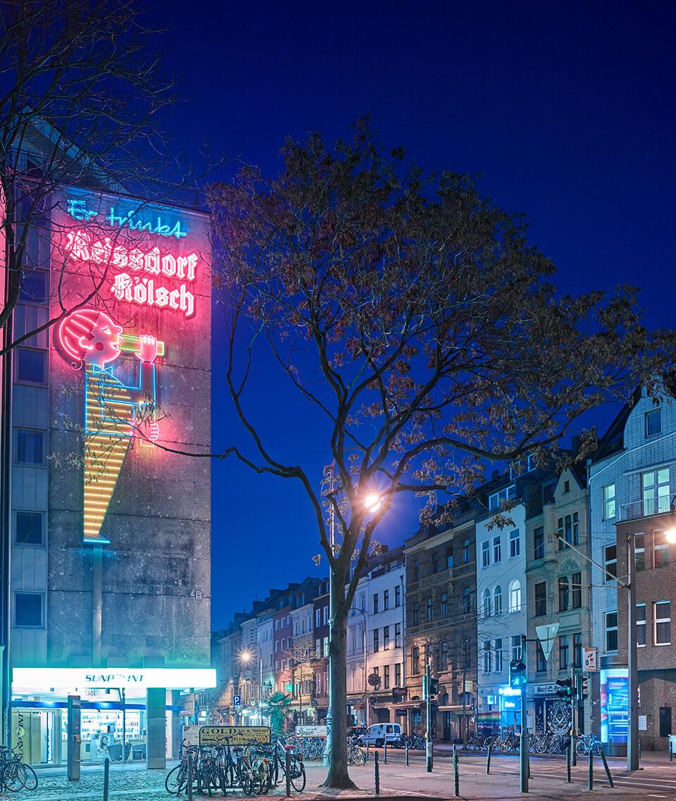 Die alte Leuchtreklame an der Ecke Rudolfplatz/Aachener Straße ist Legende.