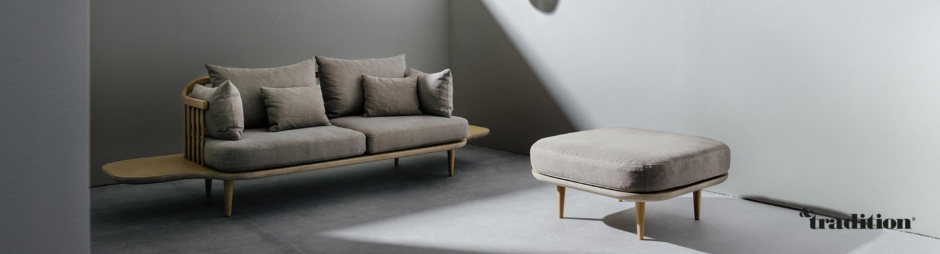 Das Fly Sofa von &Tradition ist mit einem Gestell aus Eichenholz gefertigt