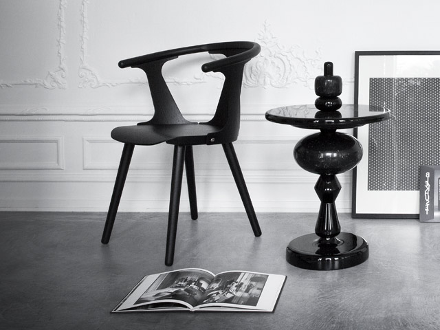 Der In Between Chair SK2 und Shuffle Table MH1 für &tradition