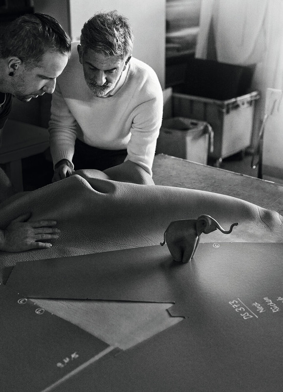Fünf Millimeter starkes Leder wird für ein Sofa gefaltet