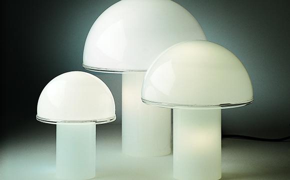 Die Tischleuchte Onfale Tavolo von Artemide wurde 1978 vom italienischen Designer Luciano Vistosi entworfen