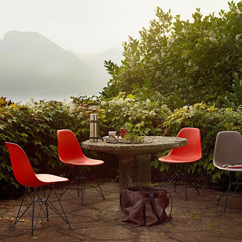 Vitra DSR Eames Plastic Side Chair mit schwarz beschichtetem Untergestell