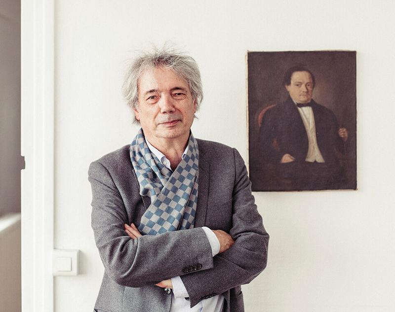 Bernard Desmoulin vor dem Porträt eines Vorfahren